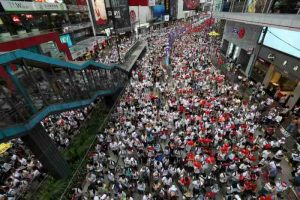 La Cina spinge aziende statali a investire ad Hong Kong per fermare la crisi